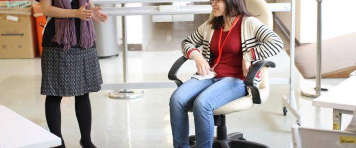 請體驗者坐在有輪子及扶手的椅子上