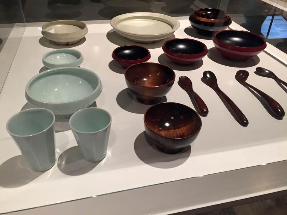 木製和瓷製的通用設計餐具