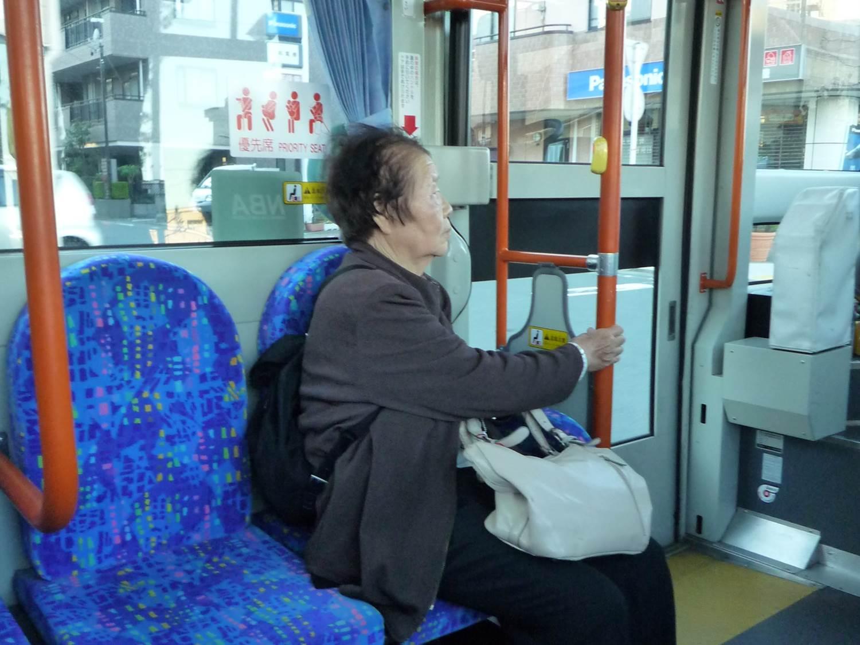 公車的博愛座上坐著一個年紀很大的婆婆