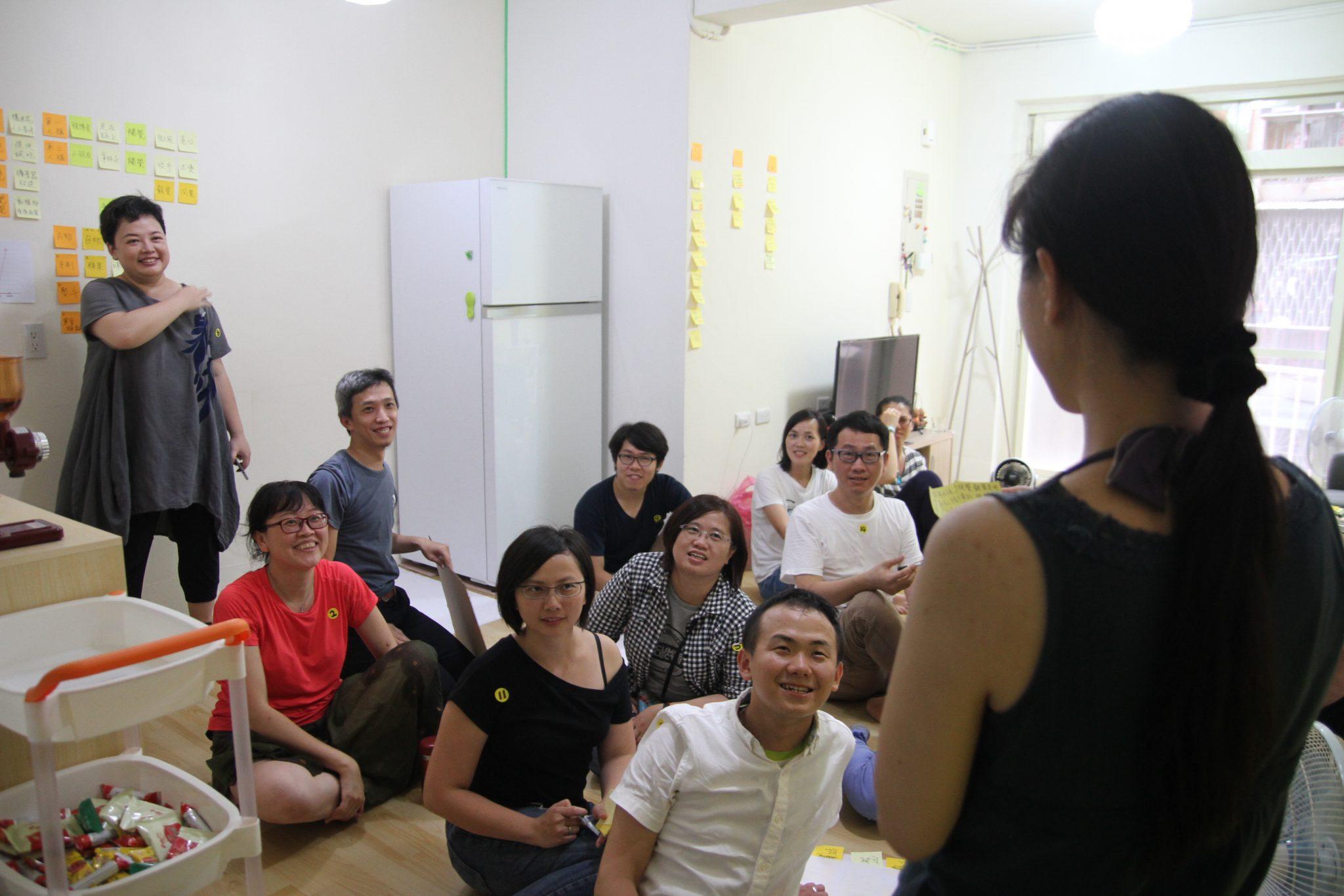 工作坊學員們滿臉笑容地看著講師