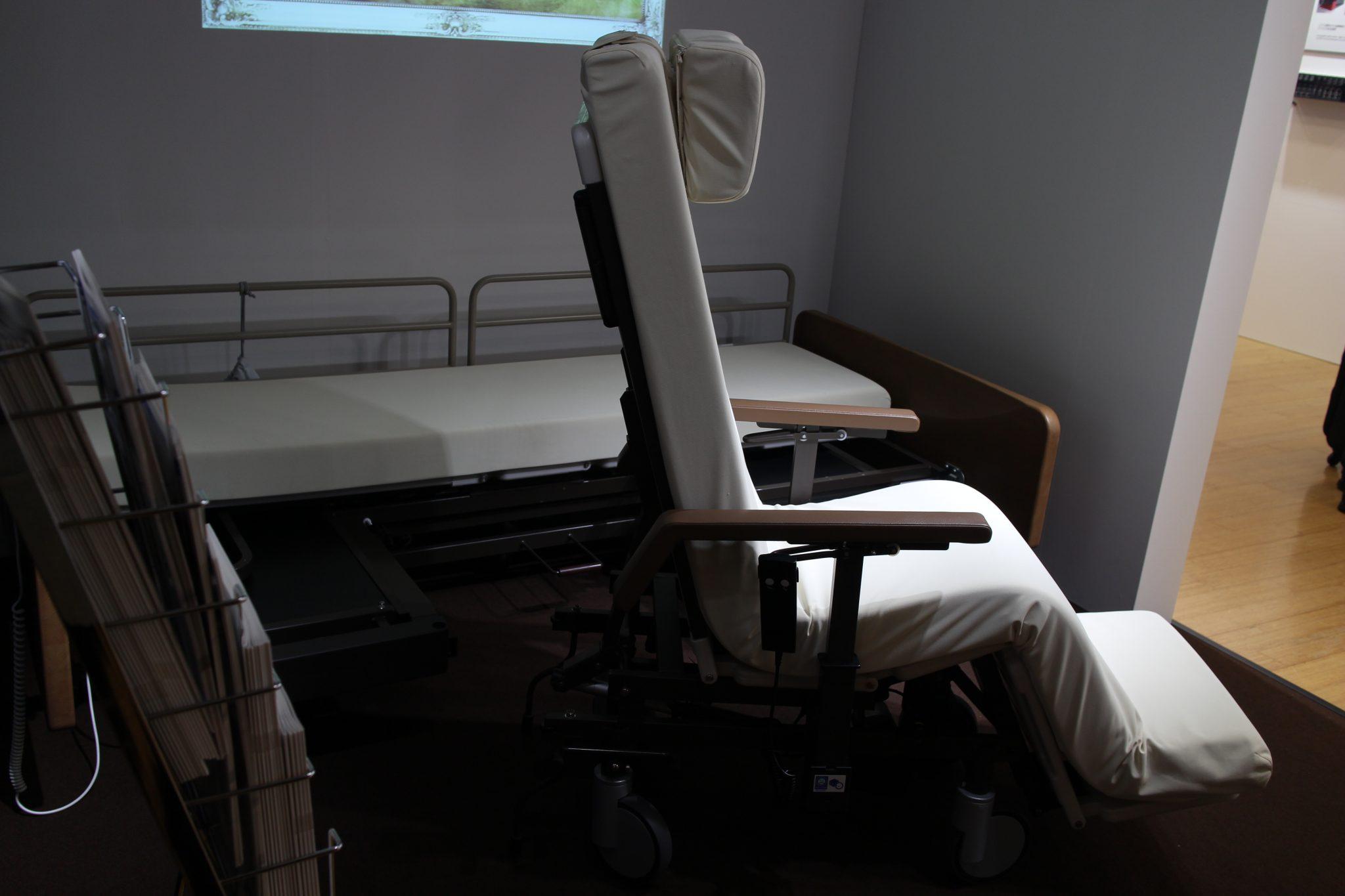 可自行操作起身的照護床