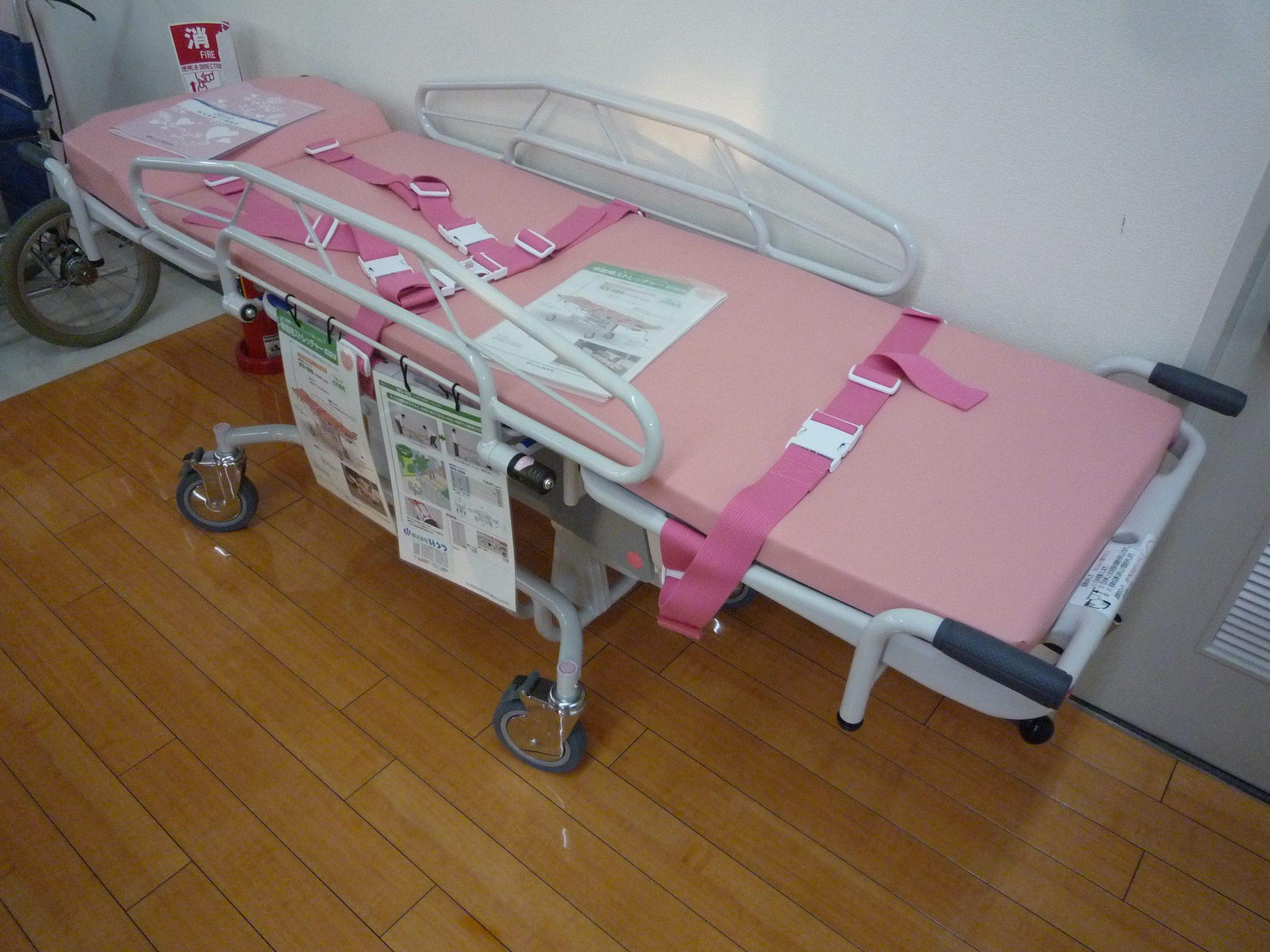 較溫暖顏色的照護床