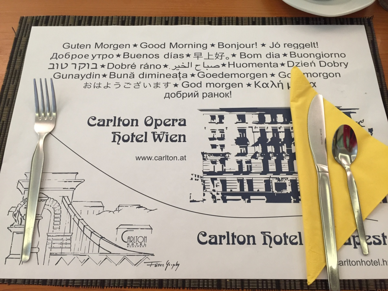 飯店早餐的餐紙上出現了多種語言的「早安」