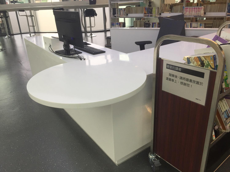 服務櫃檯有輪椅使用者置腳空間