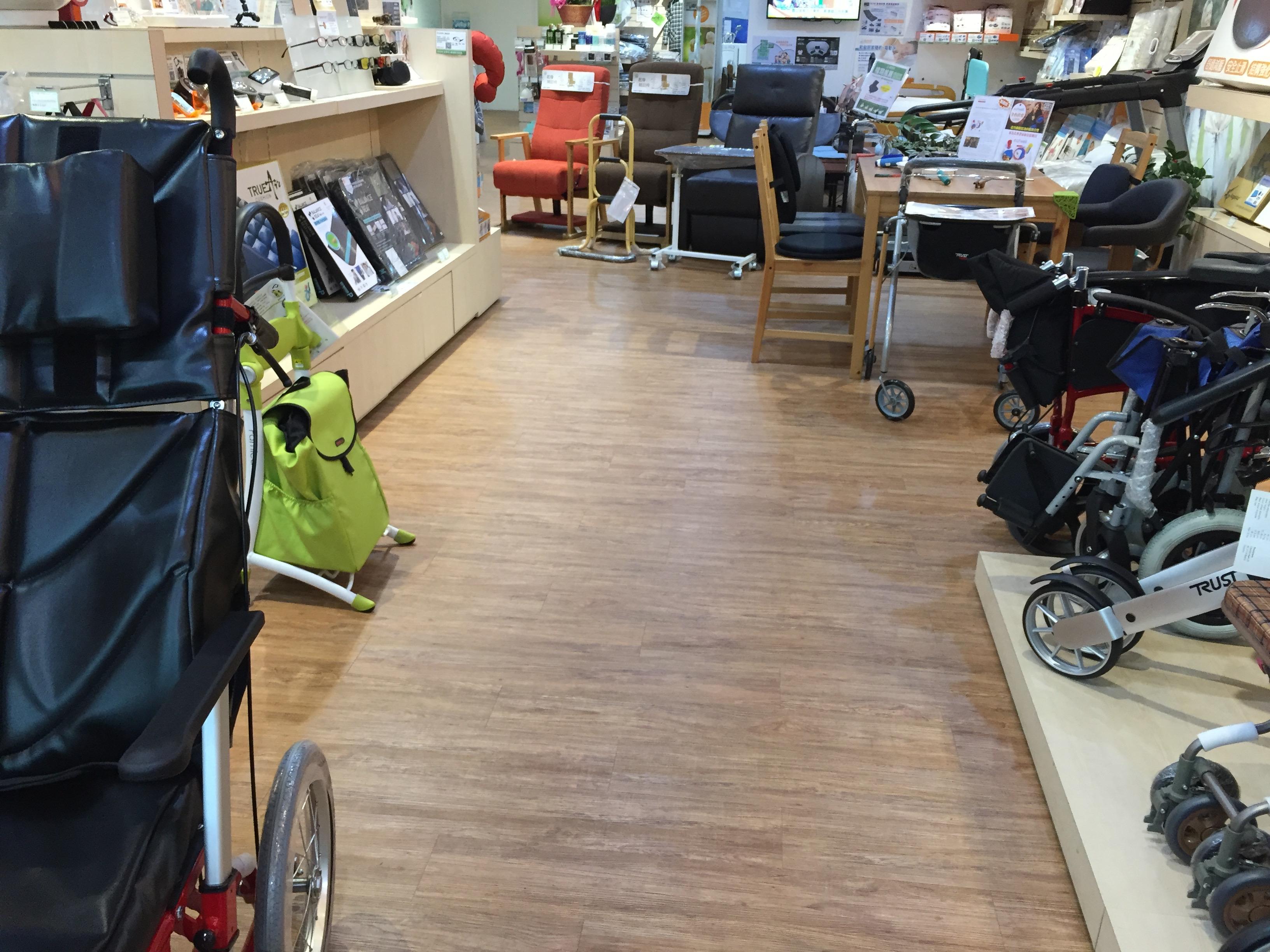 樂齡網門市走道寬敞,在選購商品時,輪椅使用者與使用助行器的人都很方便移動