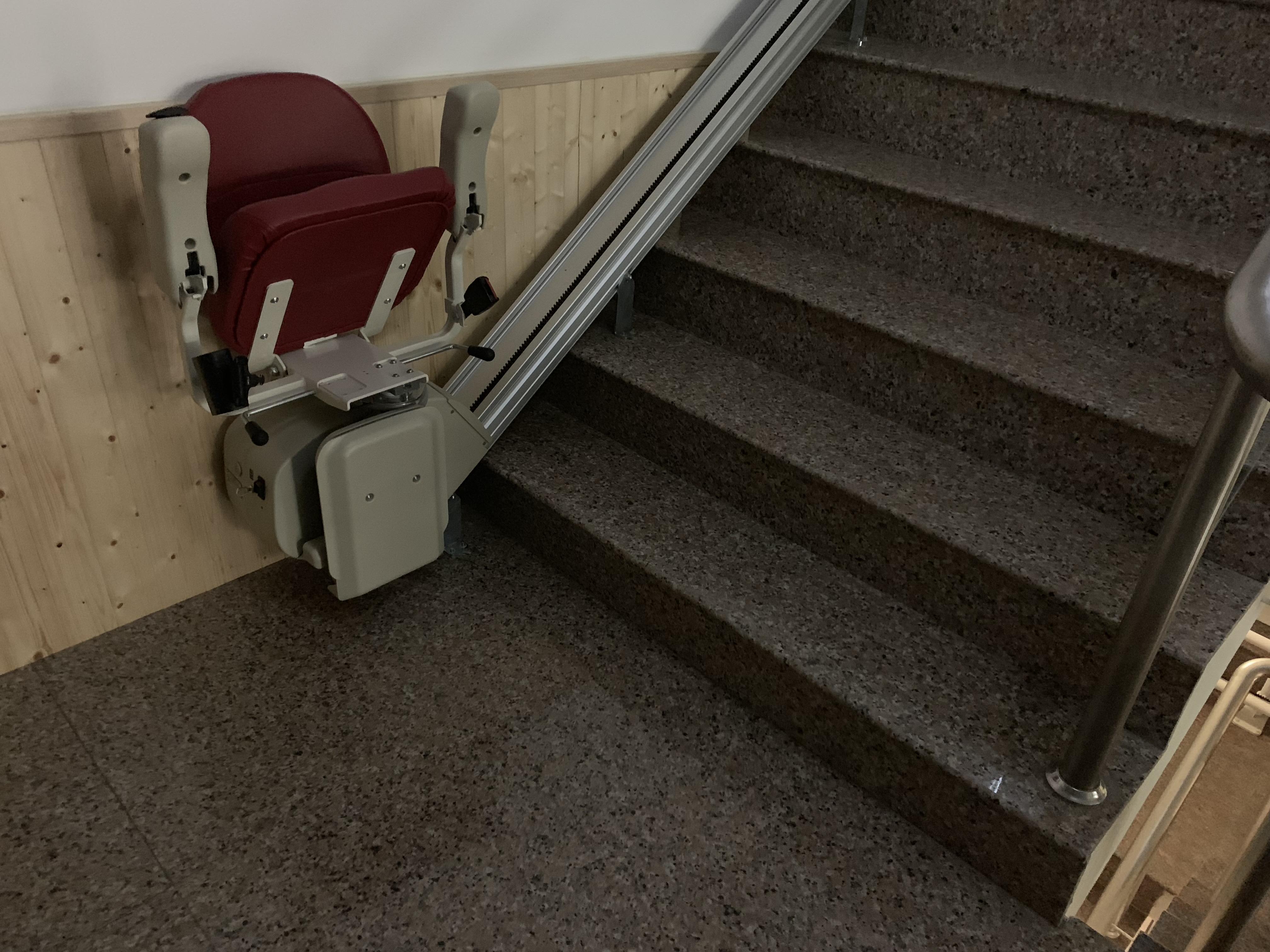 有本生活坊選用的樓梯升降椅與其他輔具都有考量到生活美學