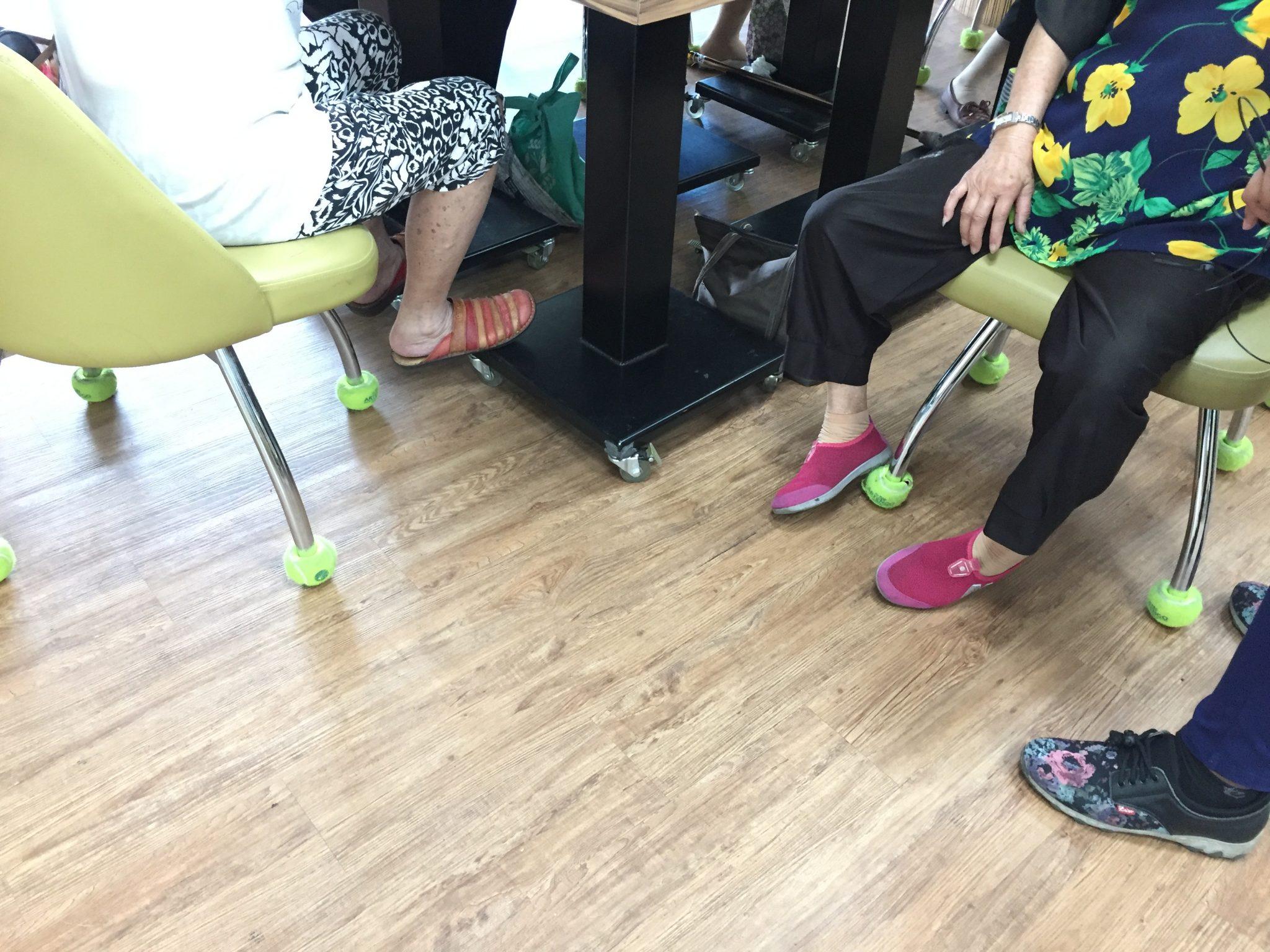 永大樂林居使用廢棄網球為座椅椅腳襪套,即使長者要搬移椅子都很輕鬆。