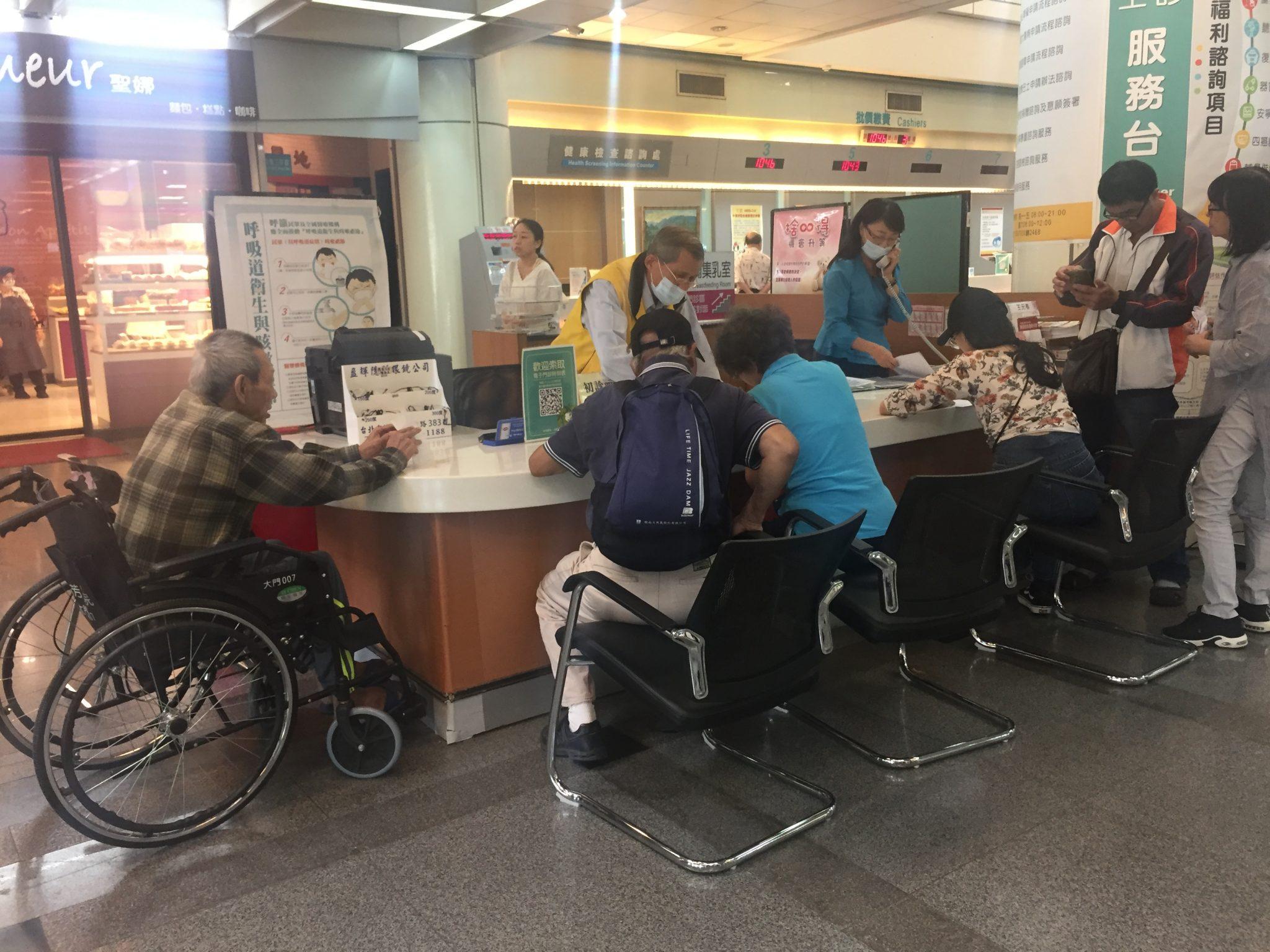 臺北市立萬芳醫院的服務櫃檯有預留輪椅使用者置腳空間,便於其靠近。