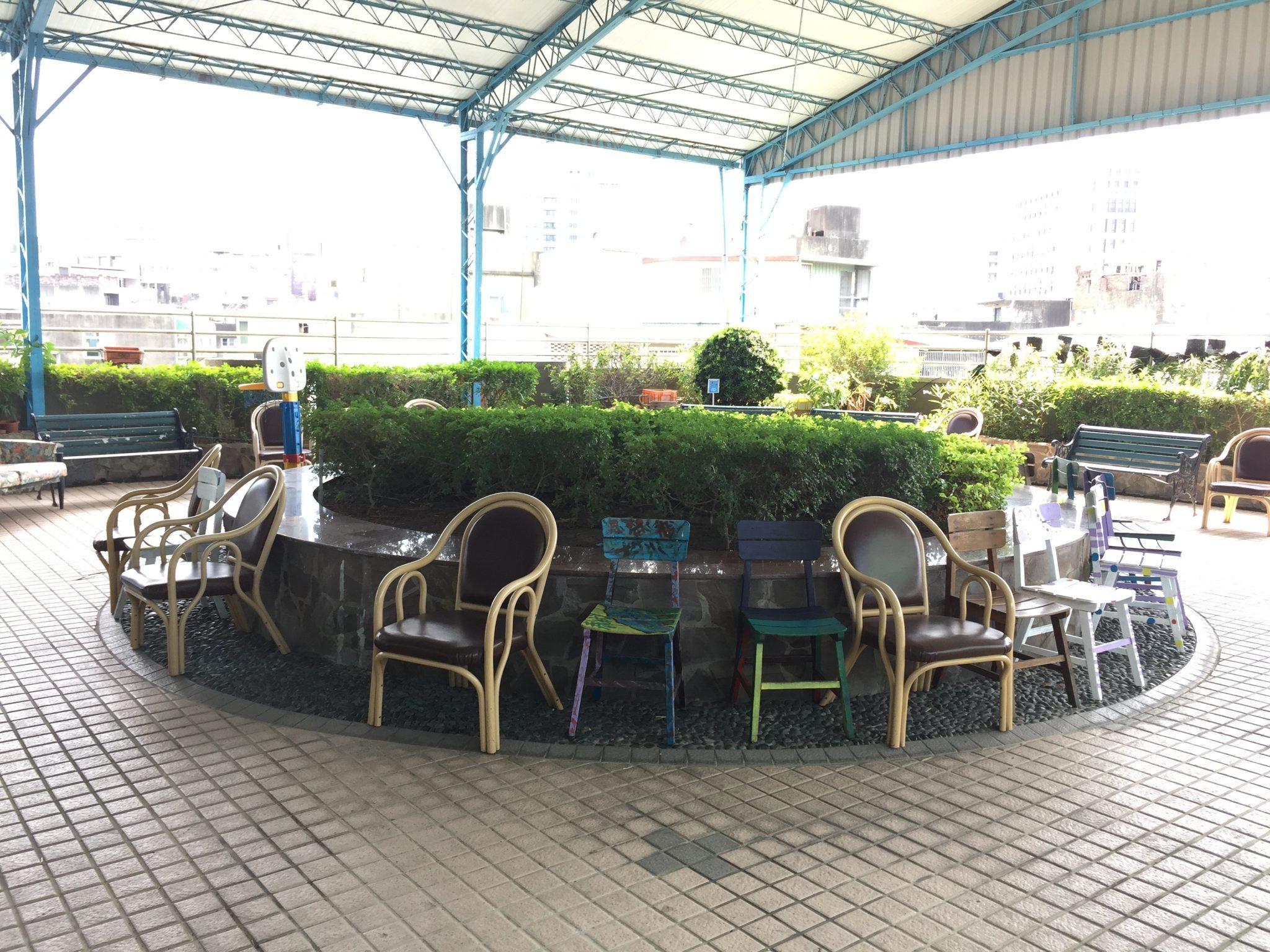 新竹社會服務中心的服務空間放置許多休憩座椅,以滿足長者有經常乘坐的需求。