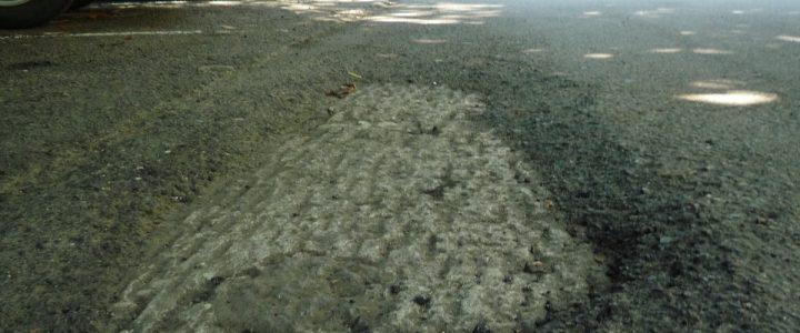 柏油路面上有一個大坑洞
