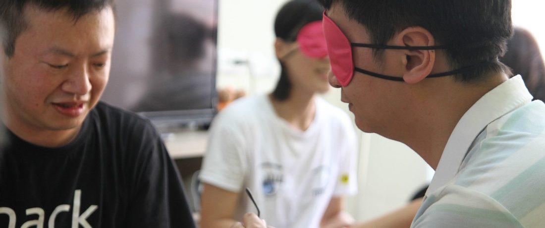學員在五感減一洞察訓練工作坊戴起眼罩,進行非視覺的洞察體驗