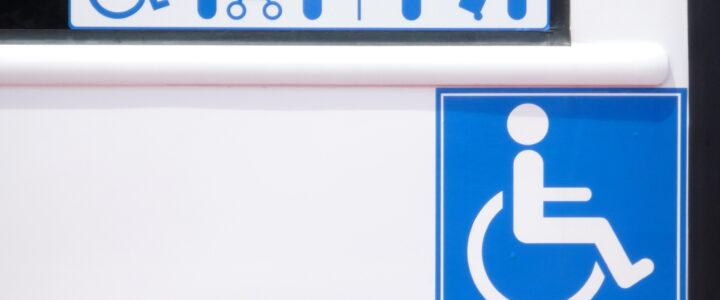 低底盤公車的圖示:左至右為無障礙標誌、推娃娃車的人、拄著拐杖的老人、孕婦、拉著行李的人